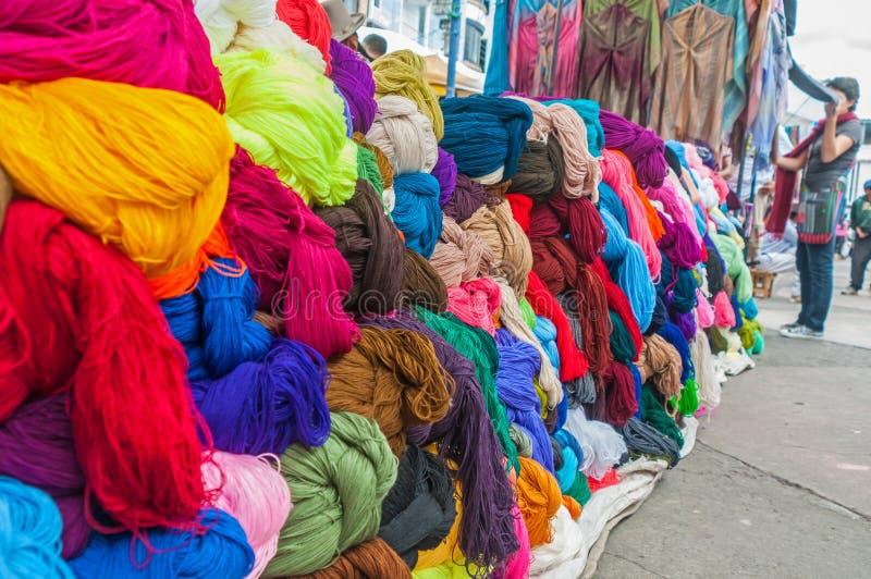 Texturas y ropa en un mercado foto de archivo