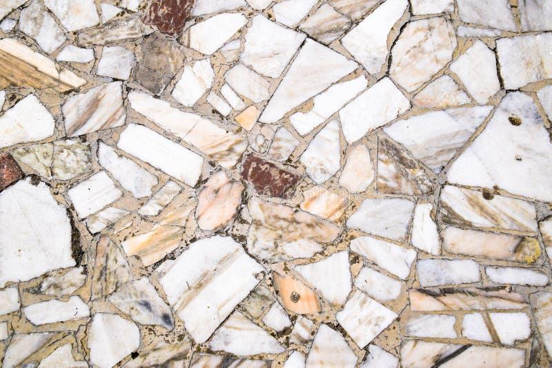 Texturbakgrund av stengolvet Stycken av marmor i cement arkivbilder