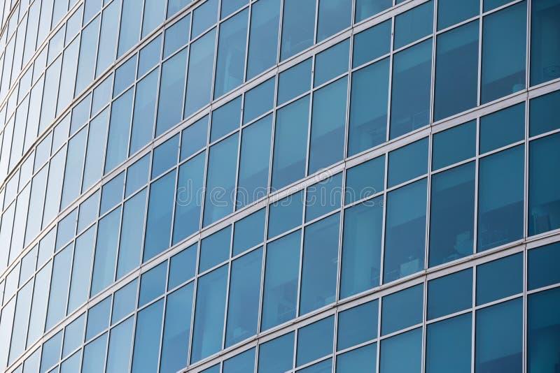 Texture abstraite de fond avec reflété dans les fenêtres de l'immeuble de bureaux moderne image libre de droits