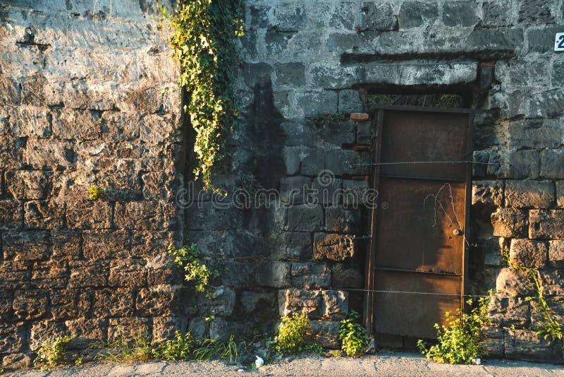 Texture Antic de mur avec de la mousse et le lierre d'usines, concept de rue de montagnes de l'Italie images libres de droits