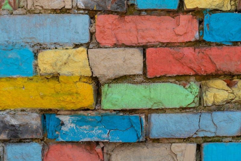 Texture approximative de mur de briques coloré d'arc-en-ciel abr?gez le fond Contexte grunge images libres de droits