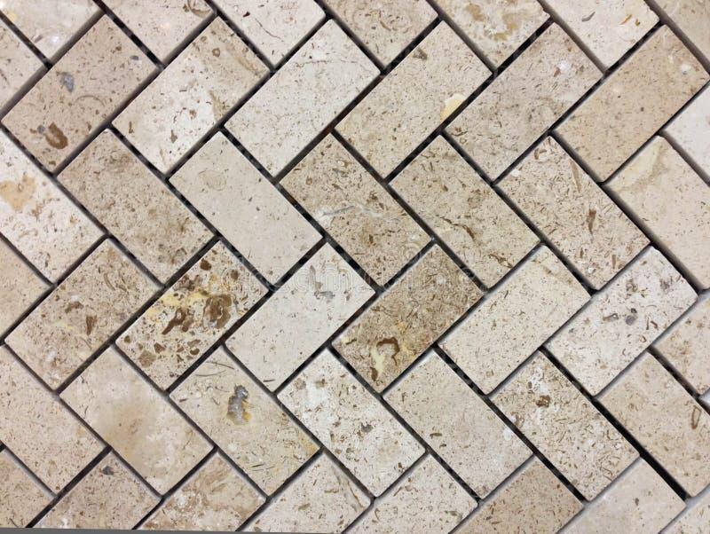 Texture beige ou brun clair de mur en pierre de couleurs Fond de modèle ou d'abrégé sur de mur Modèle en arête de poisson photos libres de droits