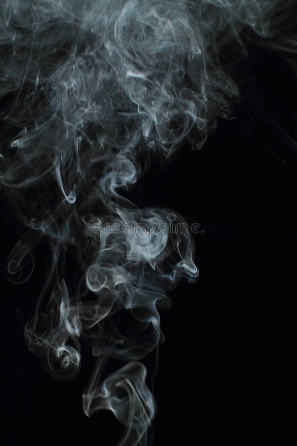 Texture blanche abstraite de fumée sur le fond noir image libre de droits