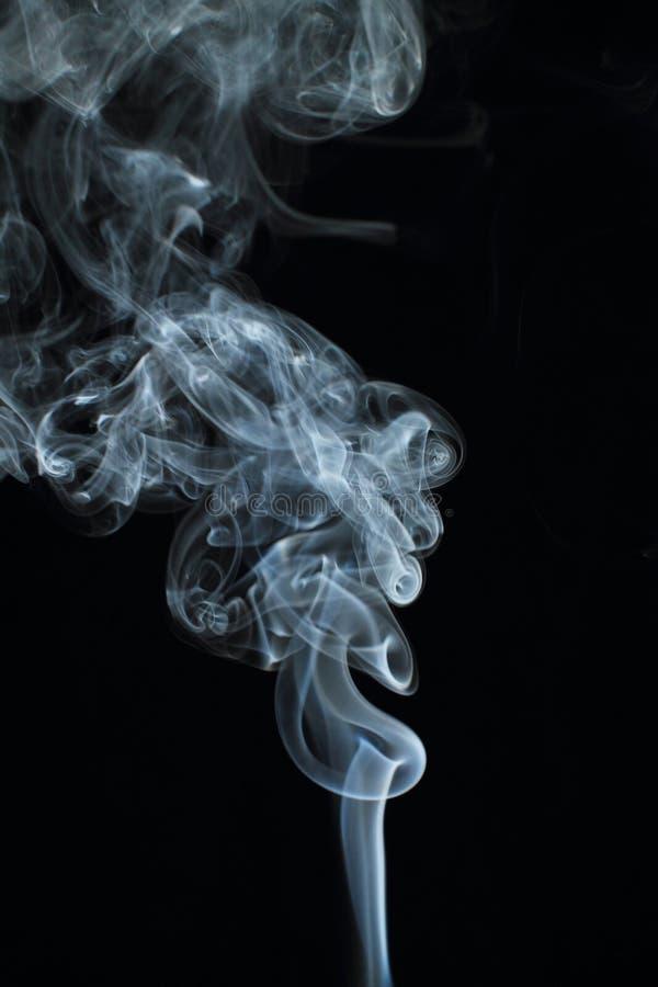 Texture blanche abstraite de fumée sur le fond noir photos stock