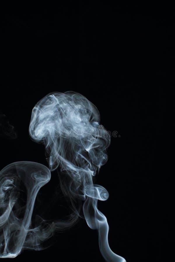 Texture blanche abstraite de fumée sur le fond noir images libres de droits