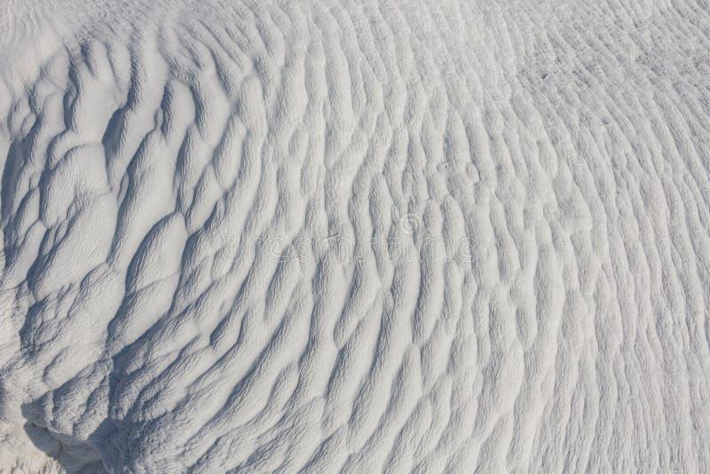 Texture blanche de chaux qui a été posée avec de l'eau sur l'exploitation à ciel ouvert photos libres de droits