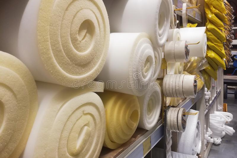 Texture blanche et jaune de Rolls de caoutchouc mousse de construction de matériau Fond de scellage de surface de la mousse de po images stock