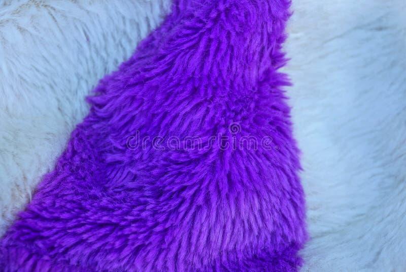 Texture blanche lilas de tissu des vêtements colorés par laine image stock