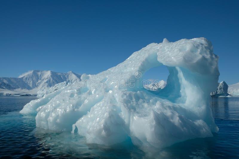 Texture bleue unique d'art d'iceberg de l'Antarctique sous le ciel clair MONTAGNES DE MILOU images libres de droits