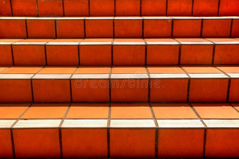 Texture carrelée orange d'escaliers allant vers le haut images libres de droits