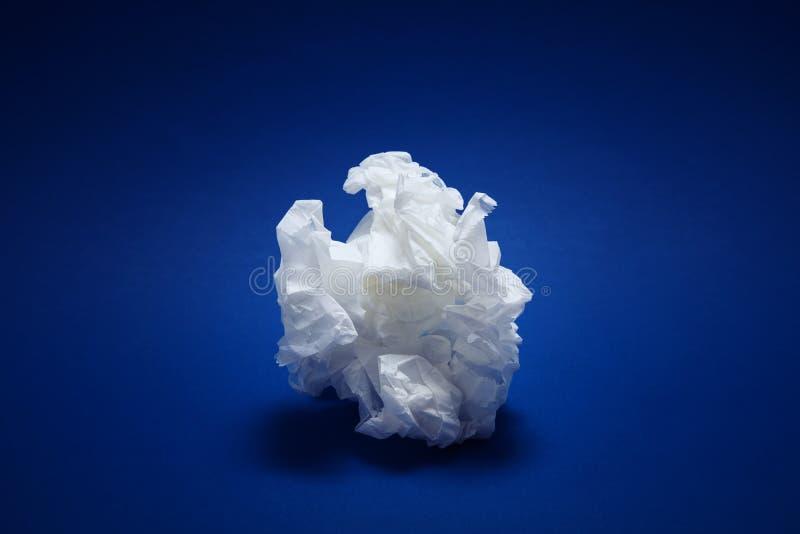 Texture chiffonnée de livre blanc sur le fond bleu photos libres de droits