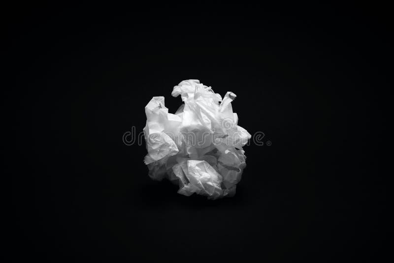 Texture chiffonnée de livre blanc sur le fond noir foncé images libres de droits