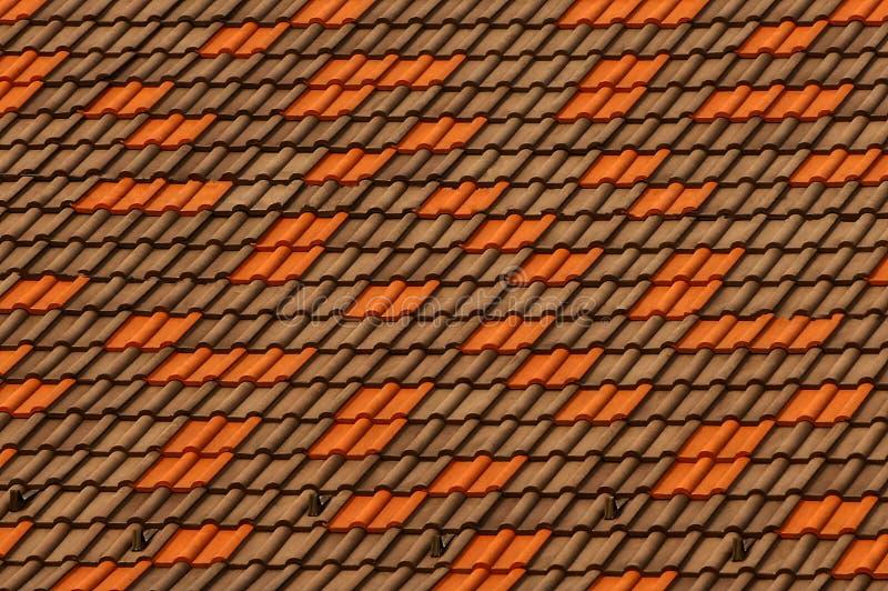 Texture colorée d'un fragment des tuiles de toiture sur le toit du bâtiment photo libre de droits