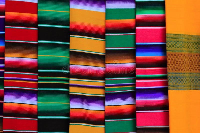 Texture colorée de configuration de tissu mexicain de serape images libres de droits