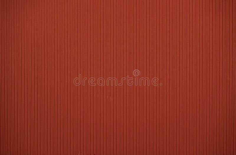 Texture colorée colorée rouge foncé de carton ondulé utile comme fond images stock
