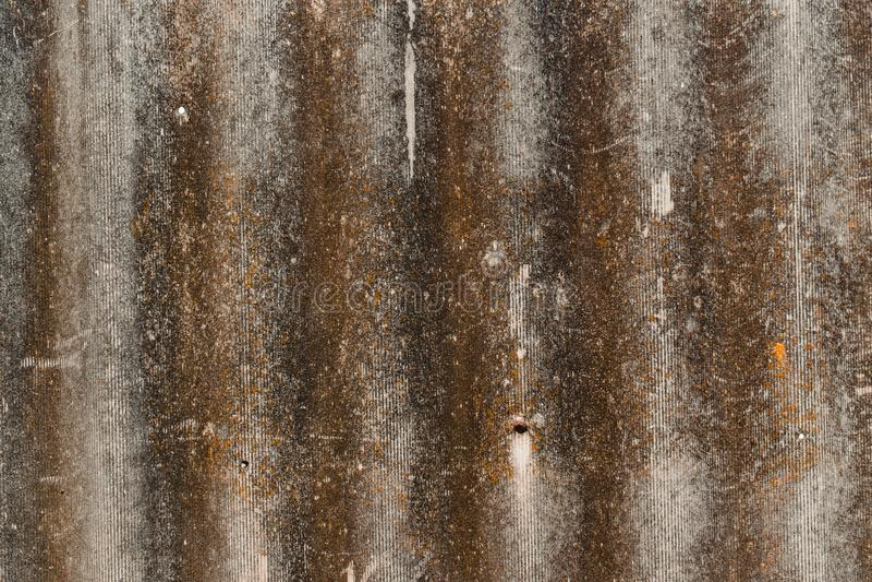 Texture concrète rustique avec le lichen et le moule Papier peint de vieille pierre avec la rouille images stock