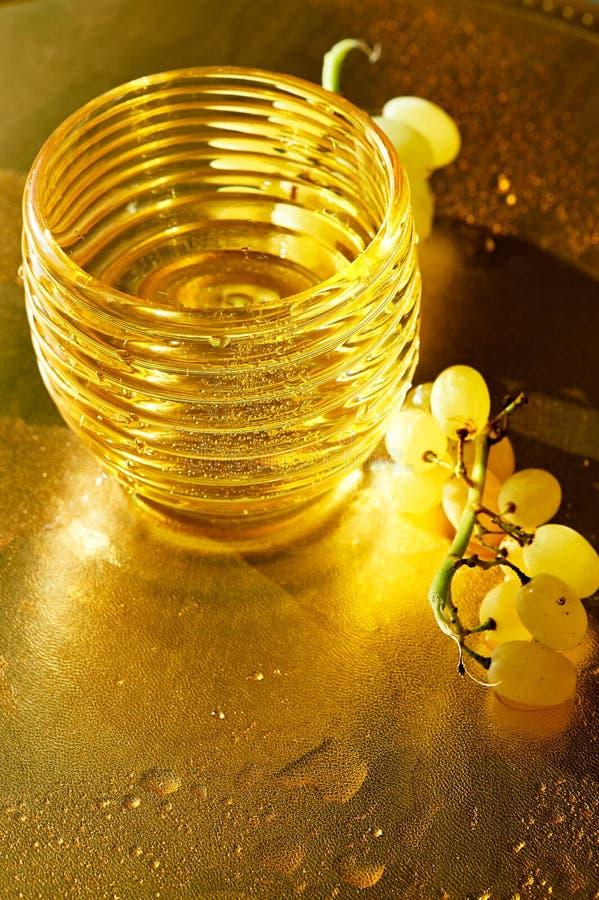 Texture d'or Richesse, plénitude et fraîcheur de Konzerte L'eau et raisins photos libres de droits
