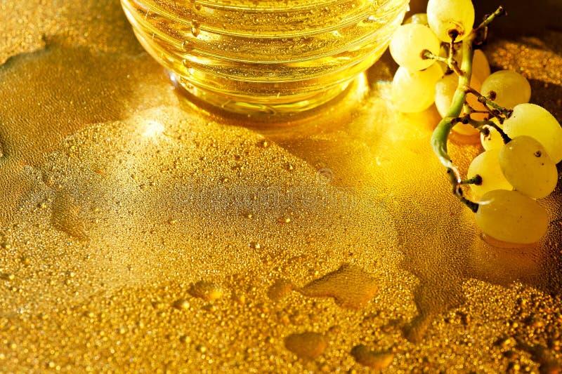 Texture d'or Richesse, plénitude et fraîcheur de Konzerte L'eau et raisins photo stock