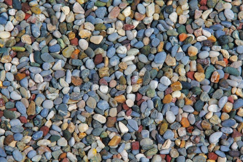 Texture d'un bon nombre de petits cailloux colorés au sol photographie stock libre de droits