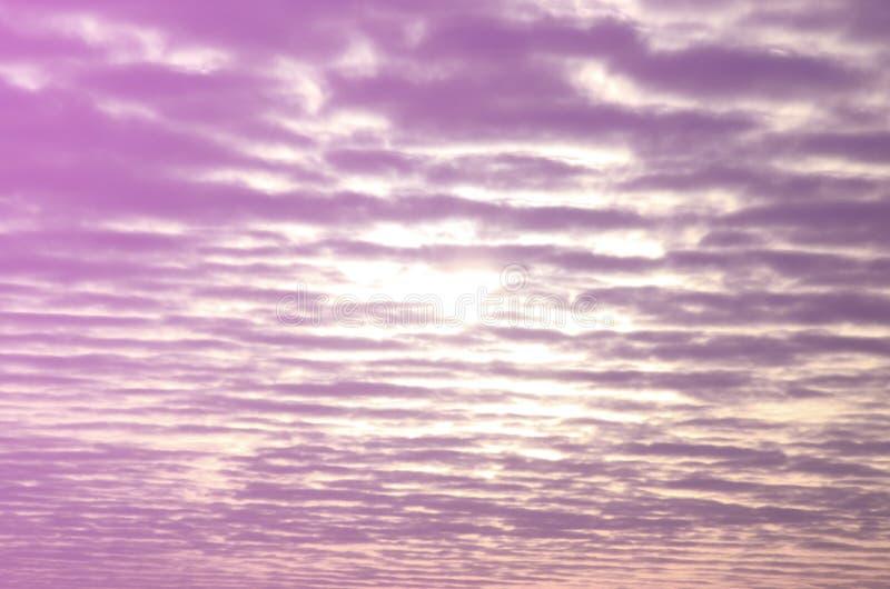 Texture d'un ciel nuageux sombre à l'aube photo stock