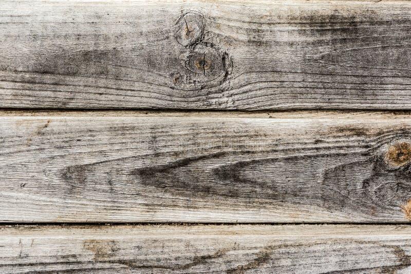 Texture d'un mur en bois antique, vieux bois sec avec beaucoup de fissures et fibres d'?pluchage, fond d'abr?g? sur plan rapproch images stock