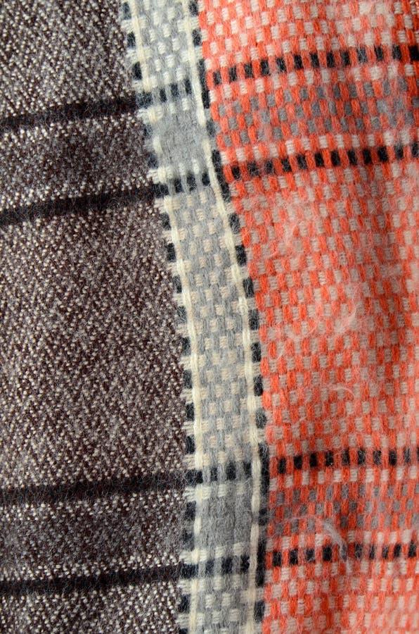 Texture d'une écharpe rayée de laine chaude fabriquée à la main image stock