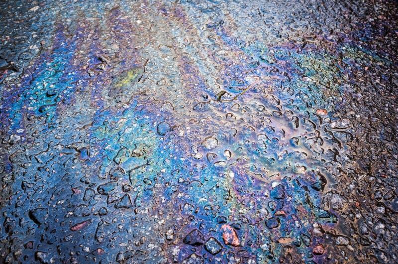 Texture d'une flaque d'essence sur la route goudronnée photo libre de droits