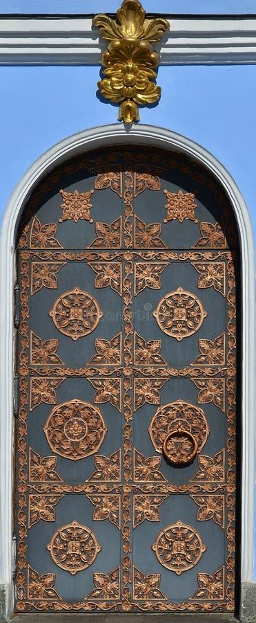 Texture de belle haute porte décorative en métal à l'église à Kiev, Ukrain image stock