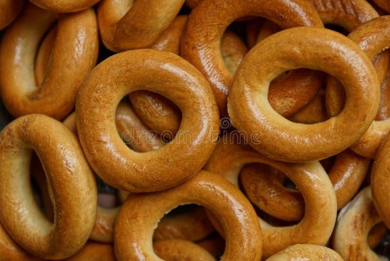 Texture de Brown de petits bagels ronds dans un tas photo libre de droits
