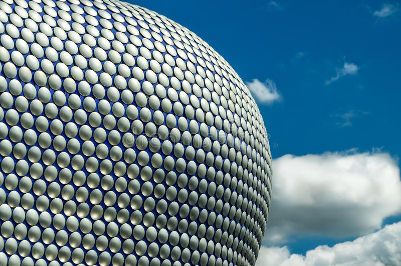 Texture de façade de Selfridges Birmingham et ciel dramatique photo stock