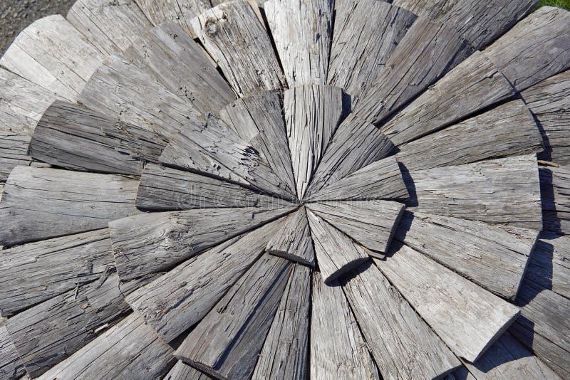 Texture de fond des feuilles en bois foncées sous forme de cercle image stock
