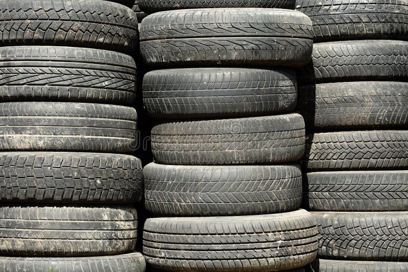 Texture de fond des piles utilisées et sales de pneu de voiture photo libre de droits
