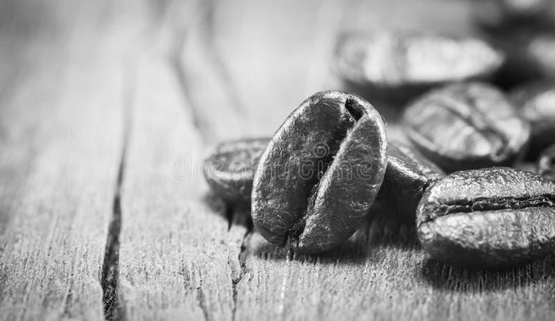 Texture de grains de café sur noir et blanc sur le fond en bois image stock