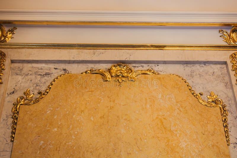 Texture de granit jaune sur le mur d'une salle de luxe plan rapproché intérieur d'or Copiez l'espace image stock