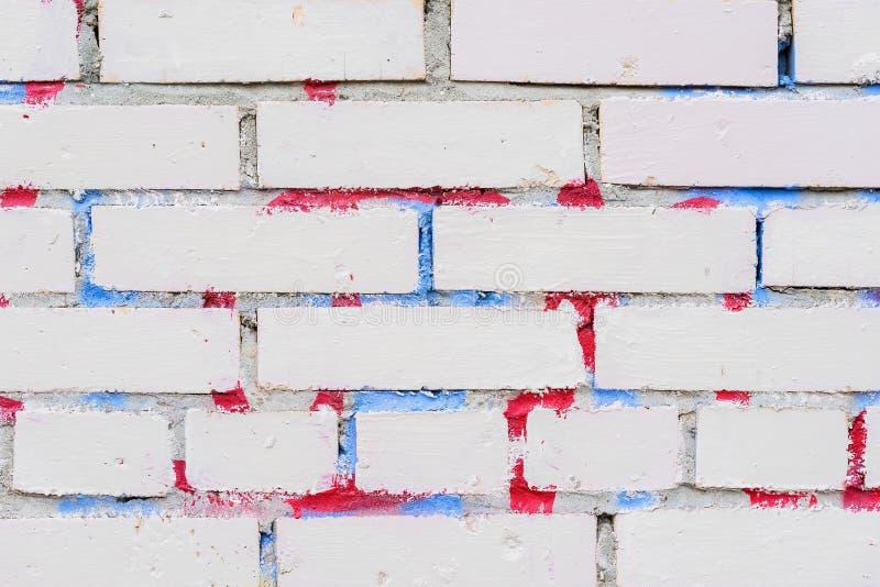 Texture de mur de briques blanc sale sale Avec des restes de peinture et de taches de graffiti Fond mignon sur moderne photo stock