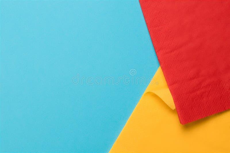 Texture de papier bleu avec deux serviettes colorées images libres de droits
