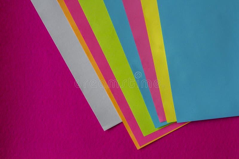 Texture de peu de feuilles de papier coloré et de fond fuchsia images libres de droits