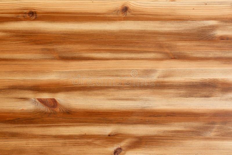 Texture de planche en bois de pin brun clair avec des noeuds images stock
