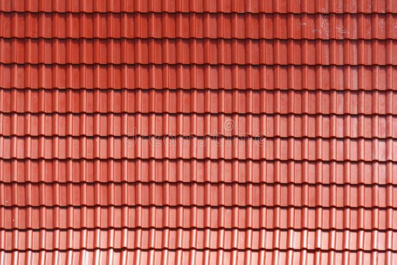 Texture de toiture Élément ondulé rouge de tuile de toit Configuration sans joint photo stock