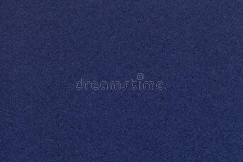 Texture de vieux plan rapproché de papier de bleu marine Structure d'un carton dense Le fond de denim images stock