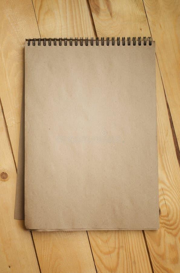 Texture de vintage de vieux papier sur le fond en bois de planches images stock