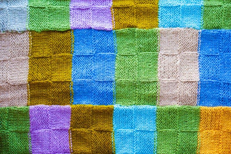Texture des fragments multicolores de la couverture tricotée, fond des fils colorés images stock