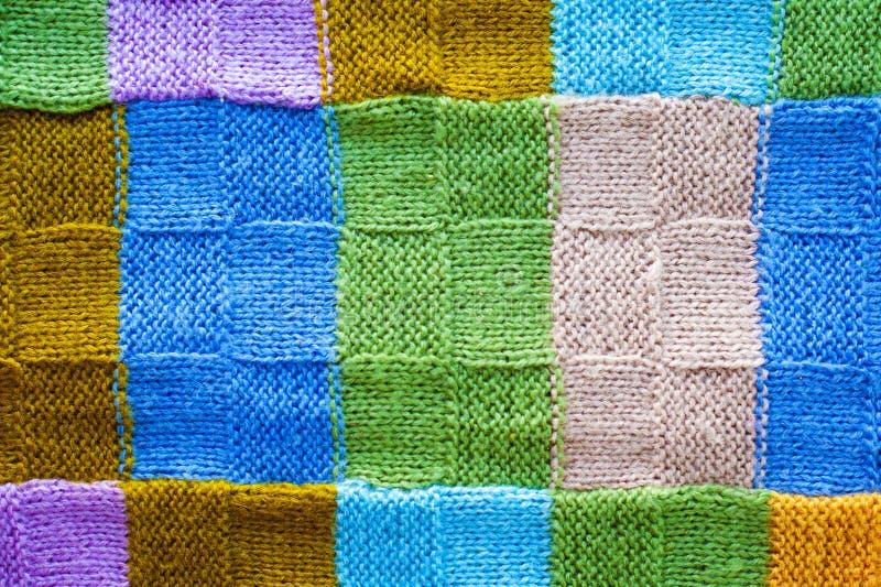 Texture des fragments multicolores de la couverture tricotée, fond des fils colorés photos stock