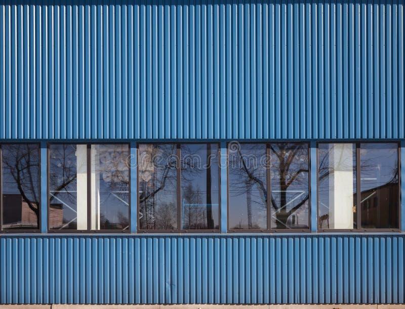 Texture du bâtiment de stockage industriel avec des fenêtres photos stock