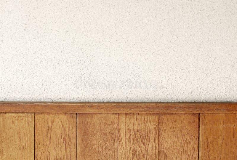 Texture du mur en béton blanc décoré des panneaux en bois pour l'oeuvre d'art de fond et de conception images stock