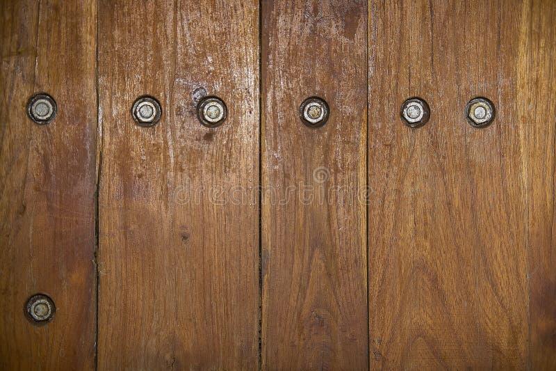 Texture en bois avec des vis image stock