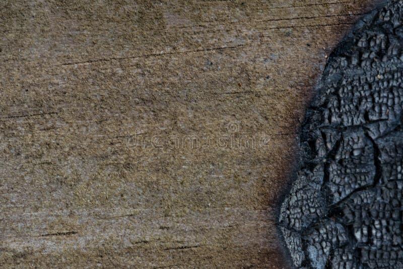 Texture en bois avec le côté droit brûlé photographie stock