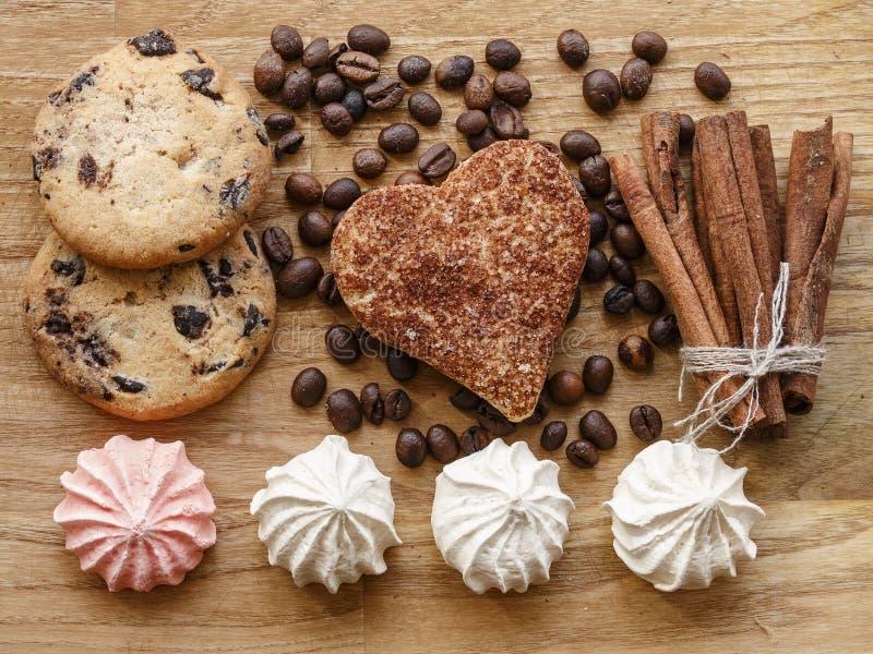 Texture en bois de bâton de cannelle de biscuit de haricot et de cannelle d'andcoffee de meringue photo stock