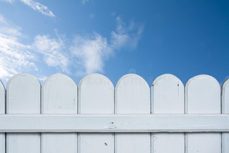 Texture en bois sur le fond de ciel bleu. photographie stock
