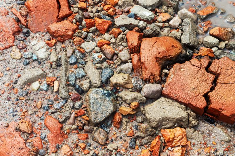 Texture en gros plan L'eau rouge de sable de pierre et de gravier photos stock